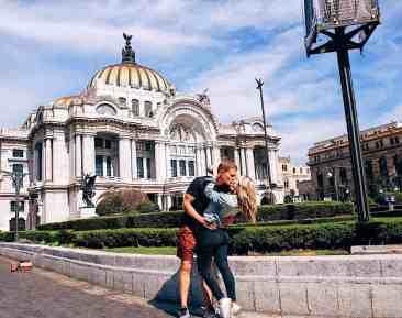 Couple kissing in front of the Palacio de Bellas Artes