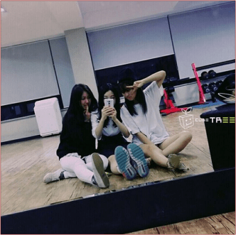 From Right: Soyeon, Younseo