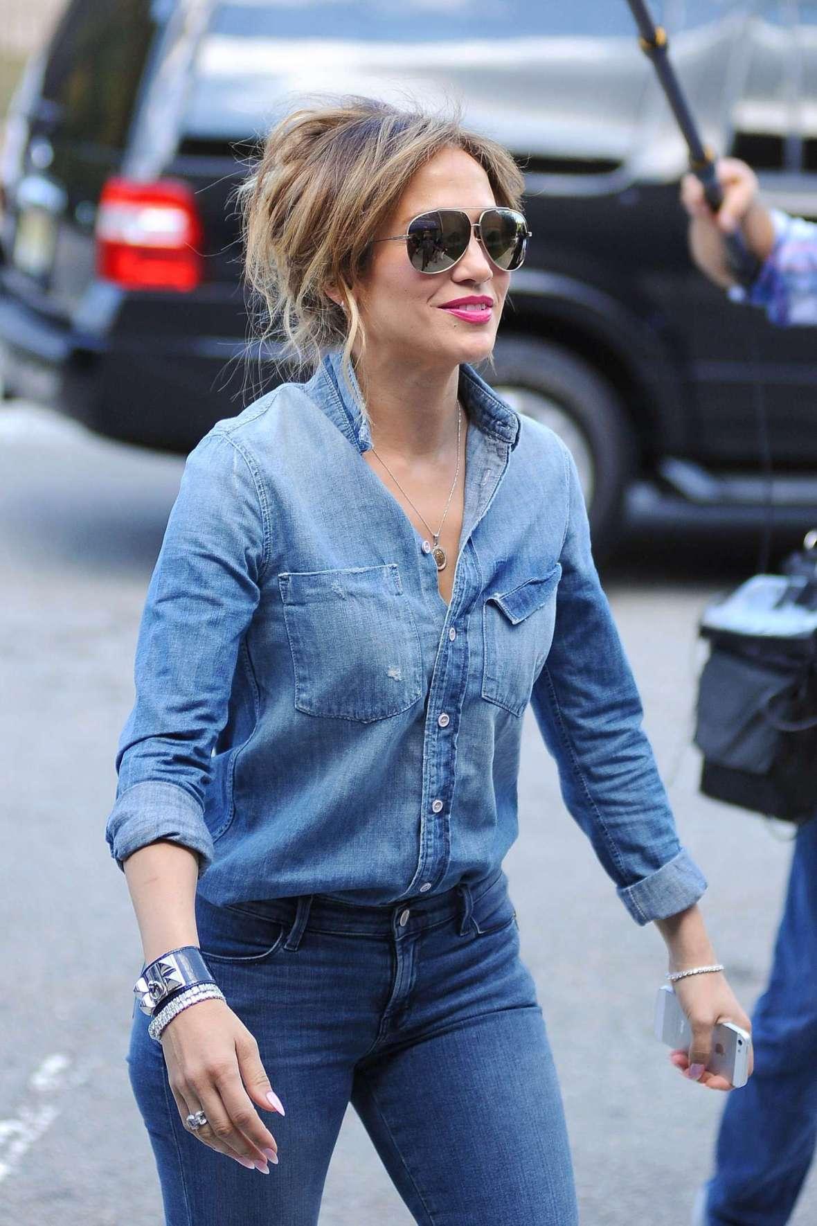 Jennifer-Lopez-in-Tight-Jeans--36
