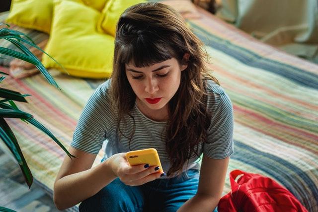 6 lucruri care se întâmplă atunci când îți concentrezi atenția asupra telefonului în locul oamenilor