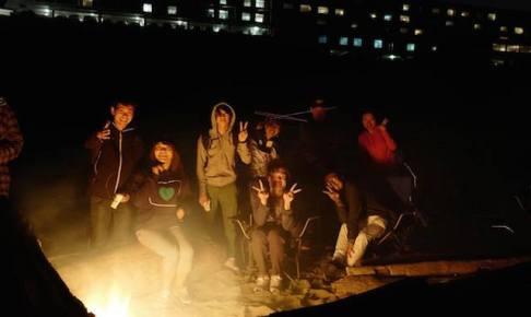 オレゴンの海で焚き火を囲む