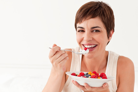 woman-eating-yogurt-with-berries-horiz_qcsv0c