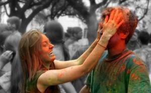 couple-celebrating-holi-graphic
