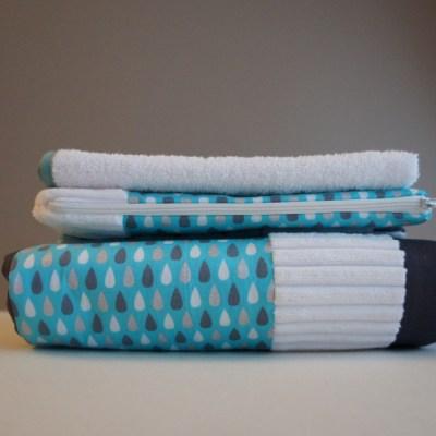 Trousse, tapis à langer et serviette de rechange.