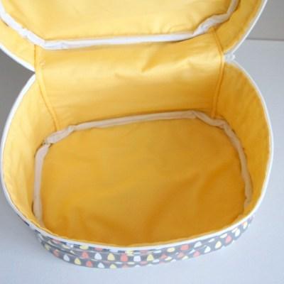 L'intérieur jaune, avec biais blanc.