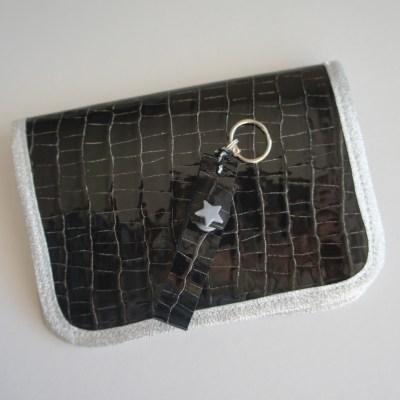 L'ensemble en cuir crocodile noir brillant et argent