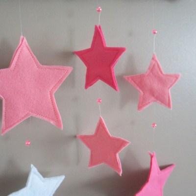 Détail sur les étoiles en feutrine et perles