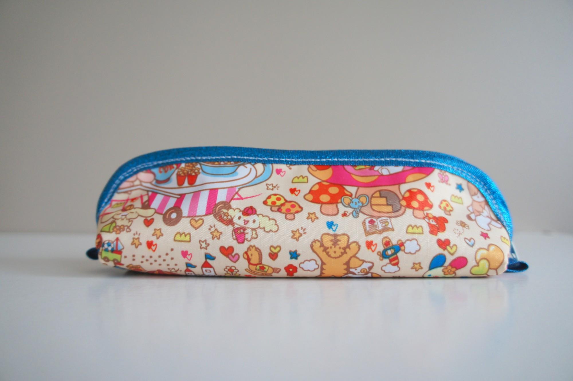 Petite trousse à stylos - Derrière, avec Cinnamoroll et d'autres personnages Sanrio