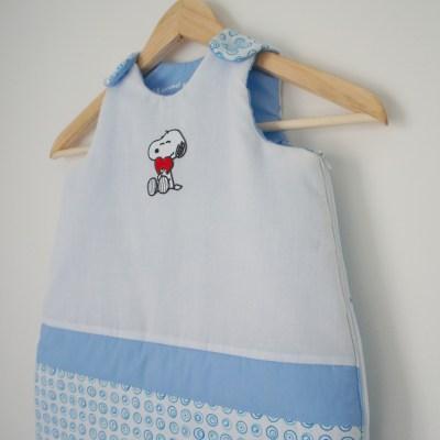 Gigoteuse blanche et bleue, à l'effigie de Snoopy