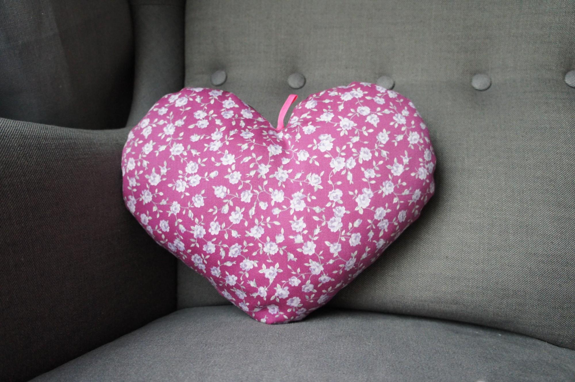 Coussin cœur violet parme fleuri