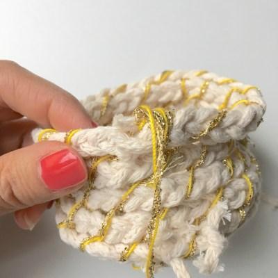 tuto panier - pour cacher le bout de la corde, continuez en faisant des points trés sérrés jusqu'à couvrir l'extrémité. Nouez le fil.