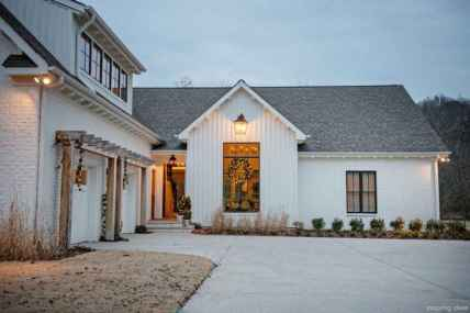 Simple Modern Farmhouse Exterior Design Ideas 18