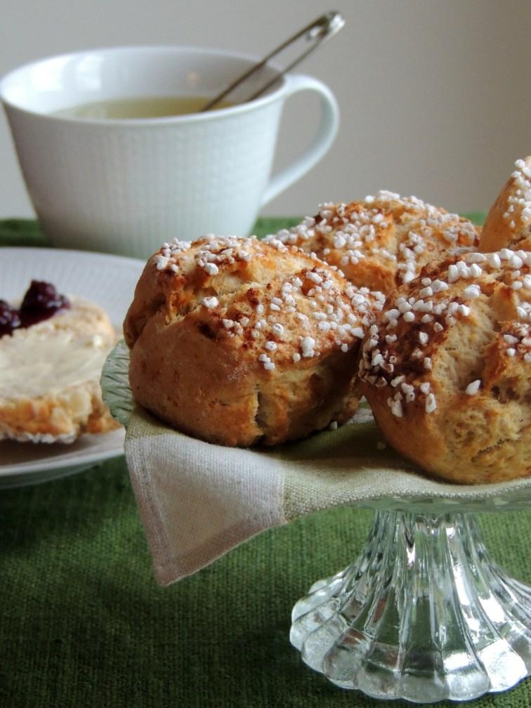 https://lovemusicandcakes.wordpress.com/2014/10/09/aeble-kanel-scones-til-en-kop-te-pa-en-blaesende-efterarsdag/