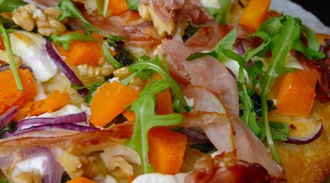 Pizza met pompoen, geitenkaas en rauwe ham