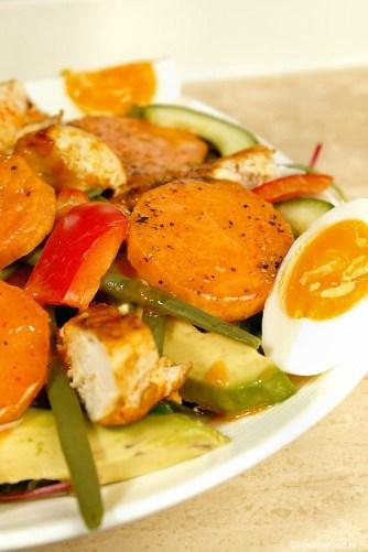 maaltijdsalade met zoete aardappel en sriracha dressing 3