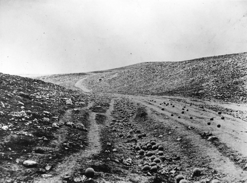 Отработанные пушечные ядра на поле боя в Балаклаве
