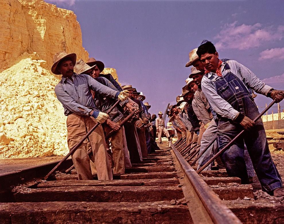 """Рабочие компании """"Texas Gulf Sulphur"""" работающие на железной дороге, 1939 год."""