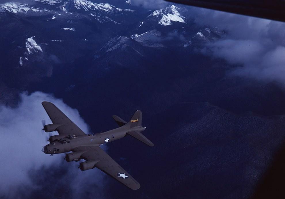 Бомбардировщик Boeing B-17 Flying Fortress над штатом Вашингтон, 1943 год.