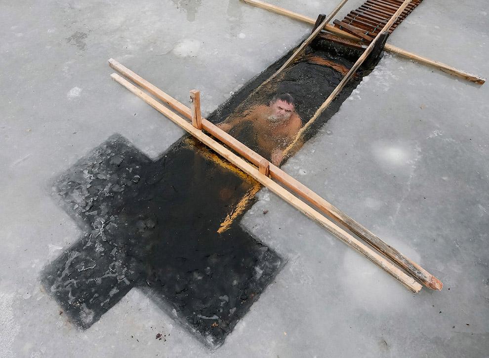 Крещенская купель в виде креста в городе Вышгород, Украина