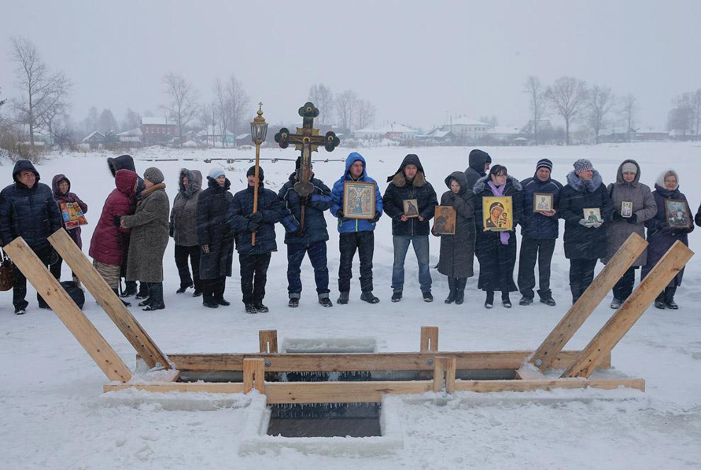 Подготовка к крещенским купаниям в селе Великом, Ярославская область, Россия