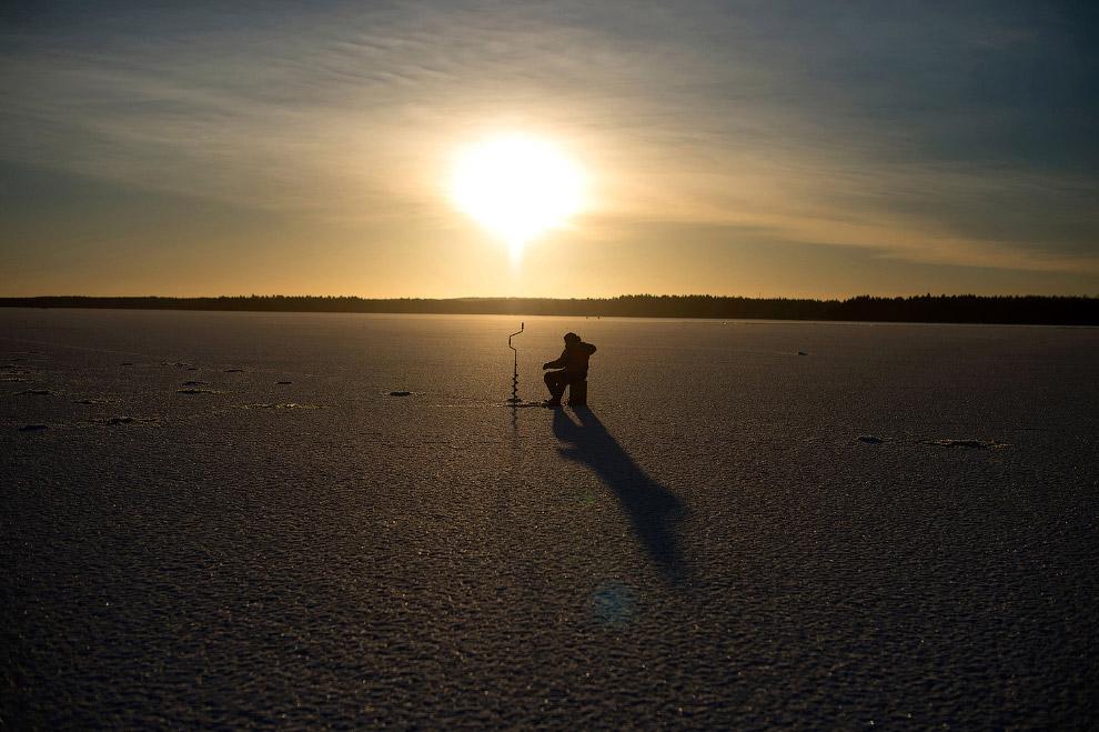 Рыбак на льду в Финляндии