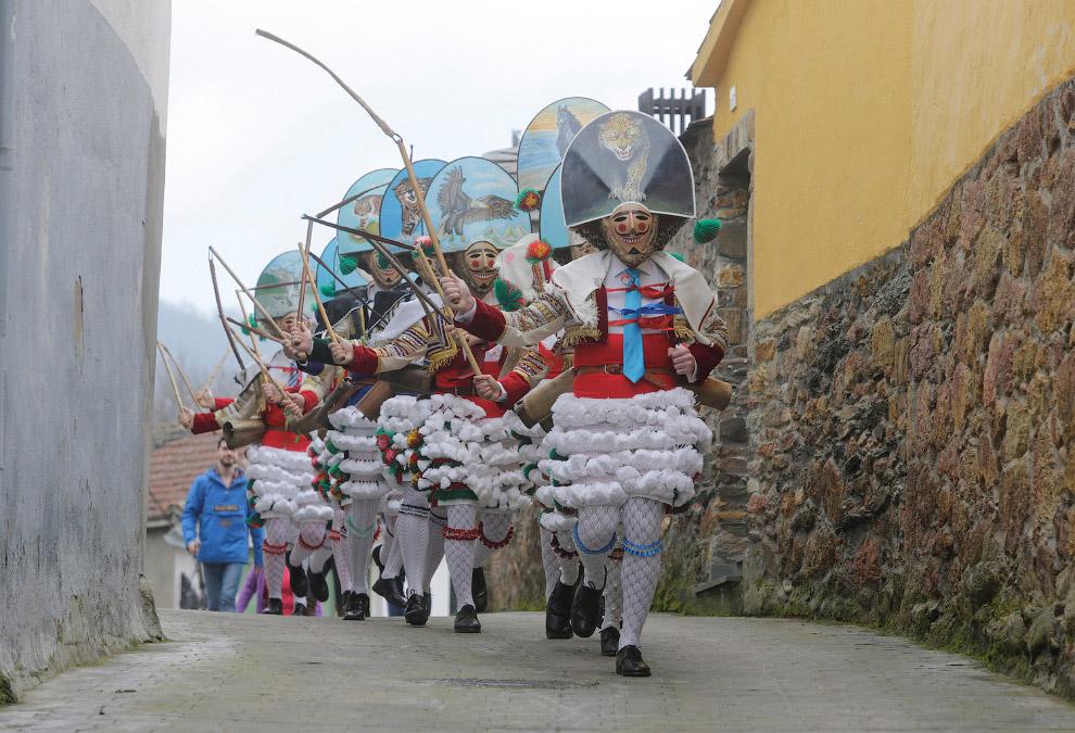 В Испании костюмы попроще, но тоже весело в городах