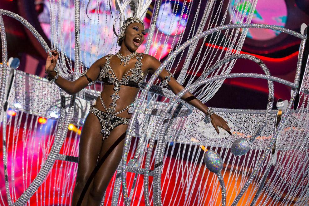 Этот наряд называется «Казино Рояль», а сам карнавал проходит на Канарских островах