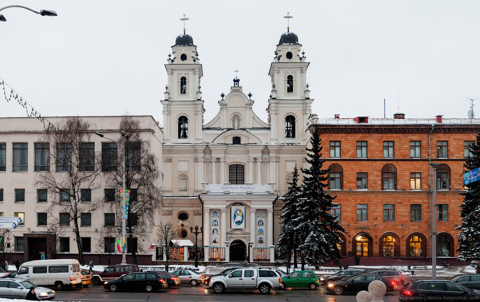 Старинный собор Девы Марии зажат между двумя современными зданиями.