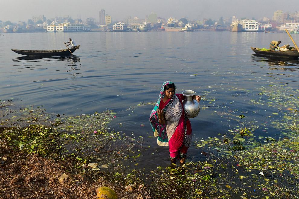Вода из водоема в Дакке кажется довольно чистой