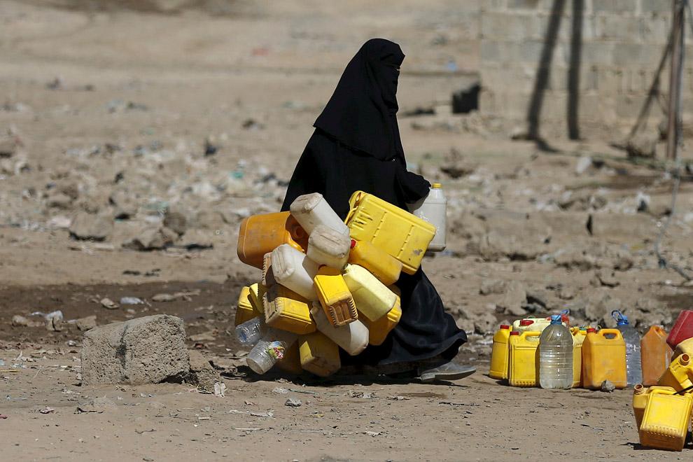 В этом районе Саны, Йемен все ходят на единственную колонку, пытаясь наполнить как можно больше емкостей.