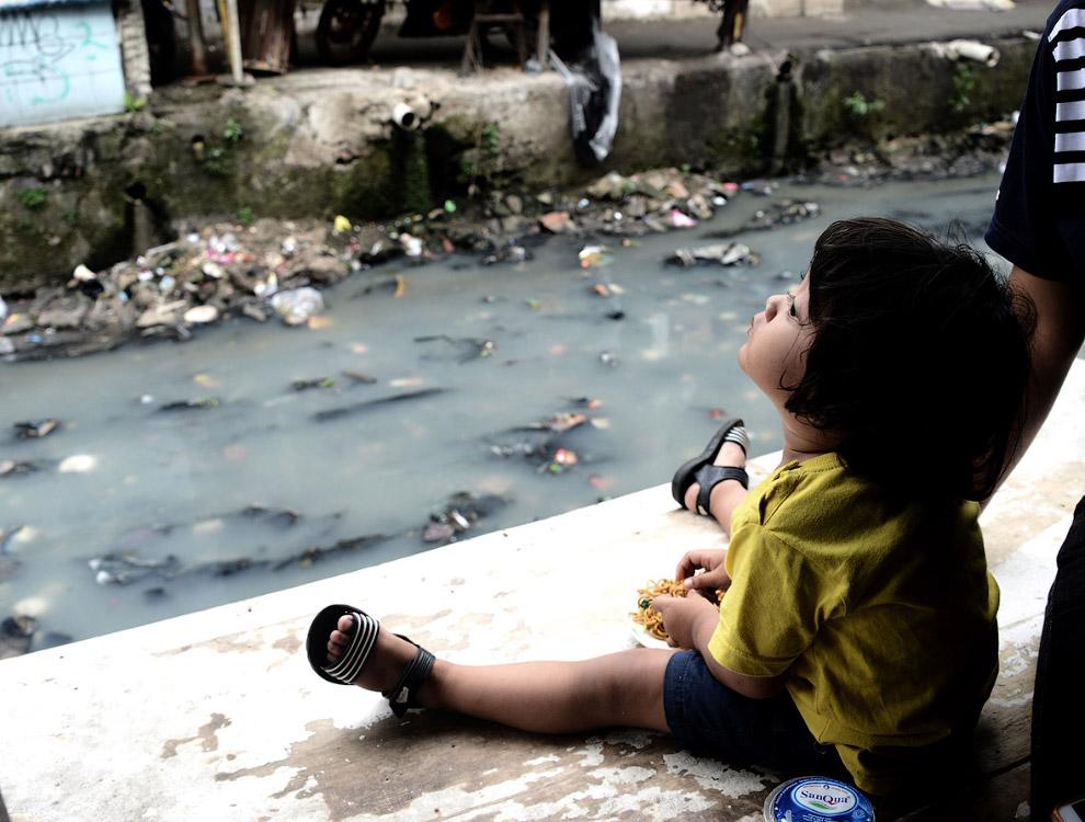 На берегу «реки» в Джакарте, Индонезия