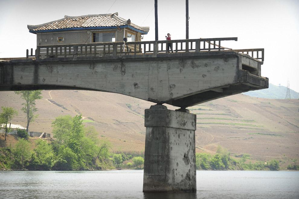 Мост, разрушенный во время Корейской войны на реке Ялу в Северной Корее