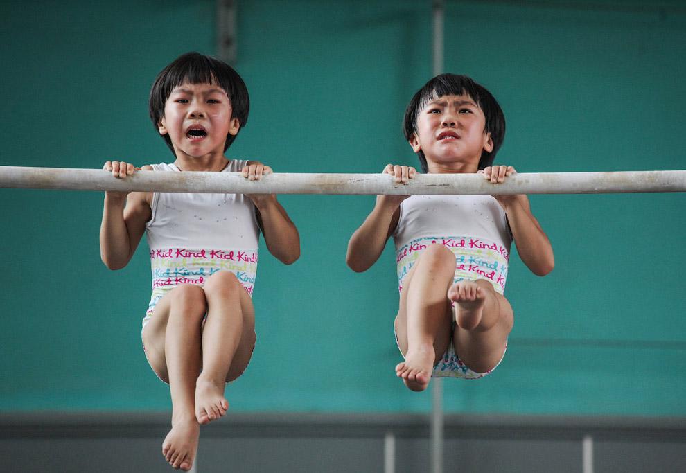 Маленькие гимнасты-близнецы