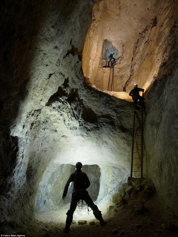 Опасный спуск в пещеру