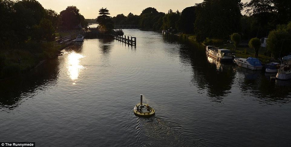 Оригинальный способ плавать по Темзе