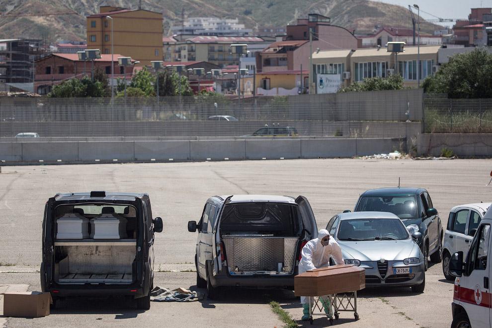 Итальянцы подвозят гробы