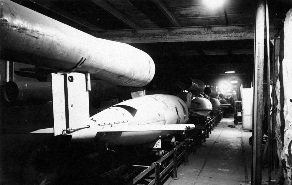 Конвейер на подземном заводе по сборке самолета-снаряда Фау-1 (V-1). Германия, 1945 г.