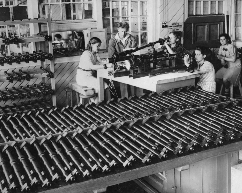 Сборка артиллерийских стереотруб на заводе № 297 г. Йошкар-Олы.