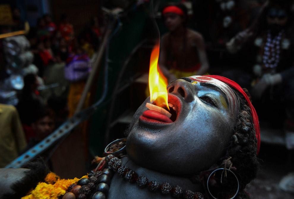 Каждый поклоняется божеству Шиве, как может
