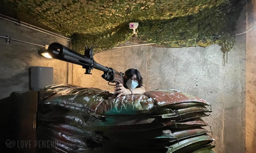 武器庫では本物の歩兵銃に触れる