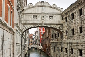 italy-venice-doges-palace-bridge-of-sighs (1)