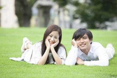 まったりする若い男女のカップル