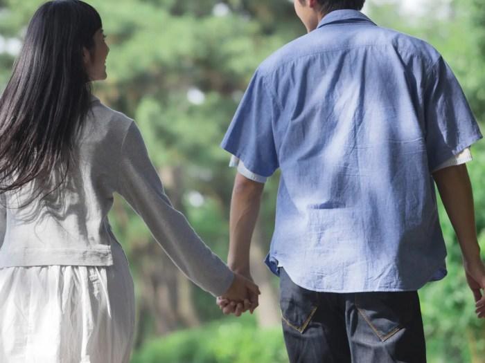 お散歩デートを楽しむカップル