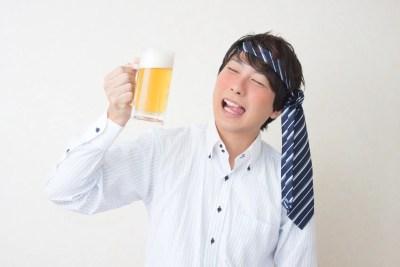 酒癖悪い 飲み続ける男
