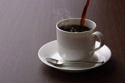 カップにコーヒーを注ぐ