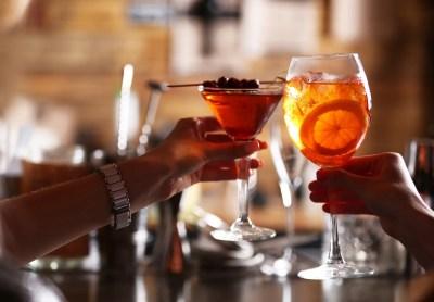 夜景のきれいなバーで飲む男女