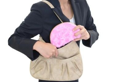 化粧ポーチを持つ女性