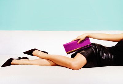 長財布を持つ女性