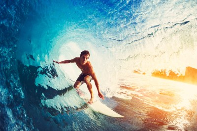 趣味のサーフィンを楽しむ男性