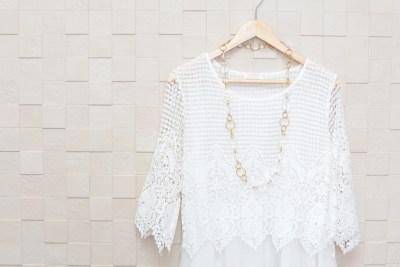 白い服とアクセサリー